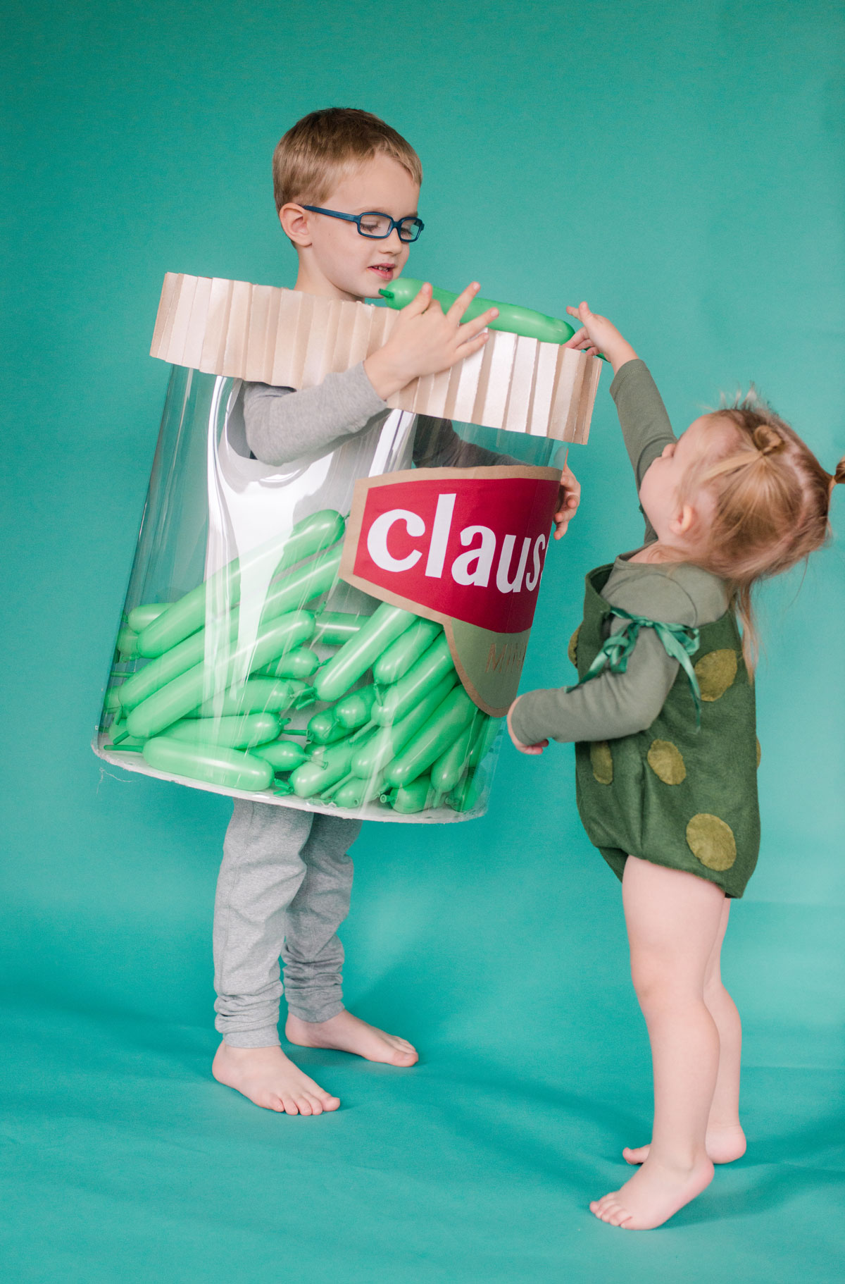 DIY Pickle Halloween costume, DIY pickle jar halloween costume, easy DIY halloween costume, easy kids halloween costume, easy halloween ideas, DIY Halloween ideas