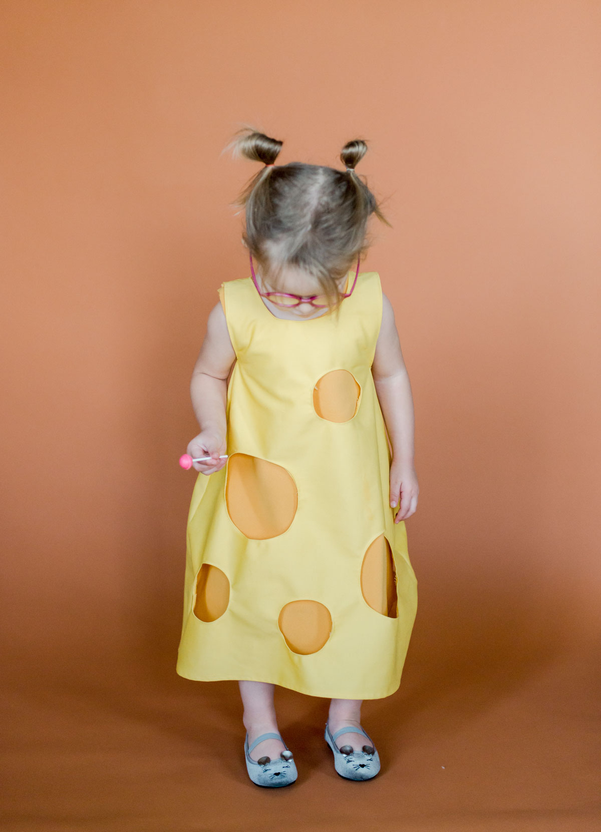 DIY Halloween costume, cheese grater halloween costume, cheese halloween costume, easy kids halloween costumes, easy kids DIY halloween, cheese halloween costume, DIY halloween, how to sew DIY