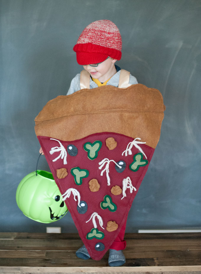 DIY Halloween pizza costume, DIY Halloween costume for boys or girls, pizza costume, homemade pizza costume, DIY felt costume, DIY food costume, Halloween costume ideas